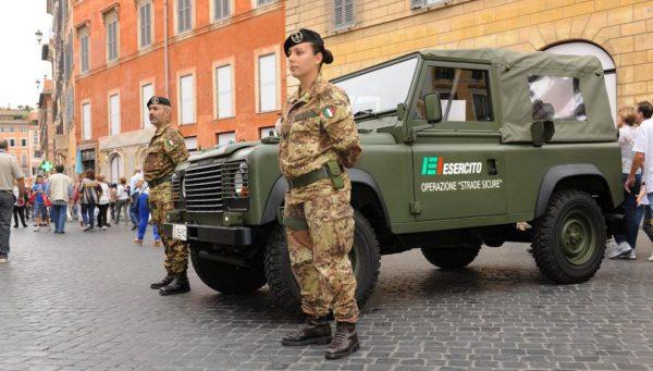 """Difesa: completato lo schieramento dei militari di """"Strade Sicure"""" a presidio della zona rossa di Ponte Morandi"""