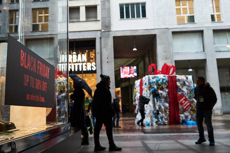 Greenpeace in azione a Milano contro il Black Friday: «Il consumismo eccessivo sta devastando il Pianeta»