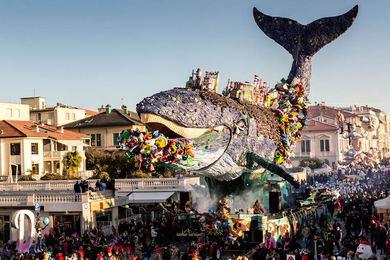 Carnevale Viareggio: Greenpeace sfila davanti alla balena soffocata dalla plastica