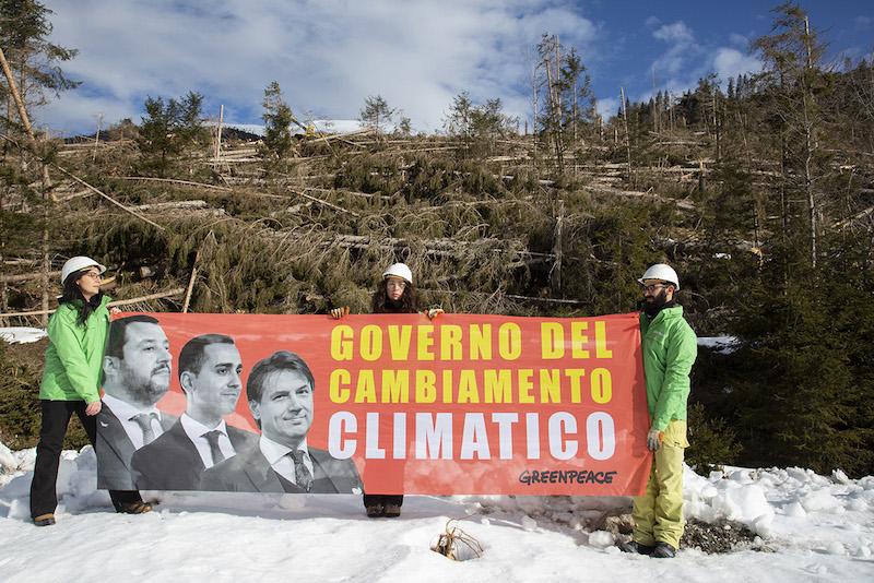 Greenpeace in azione per il clima: «Basta con il Governo del cambiamento climatico, esecutivo inverta la rotta e protegga persone e ambiente»