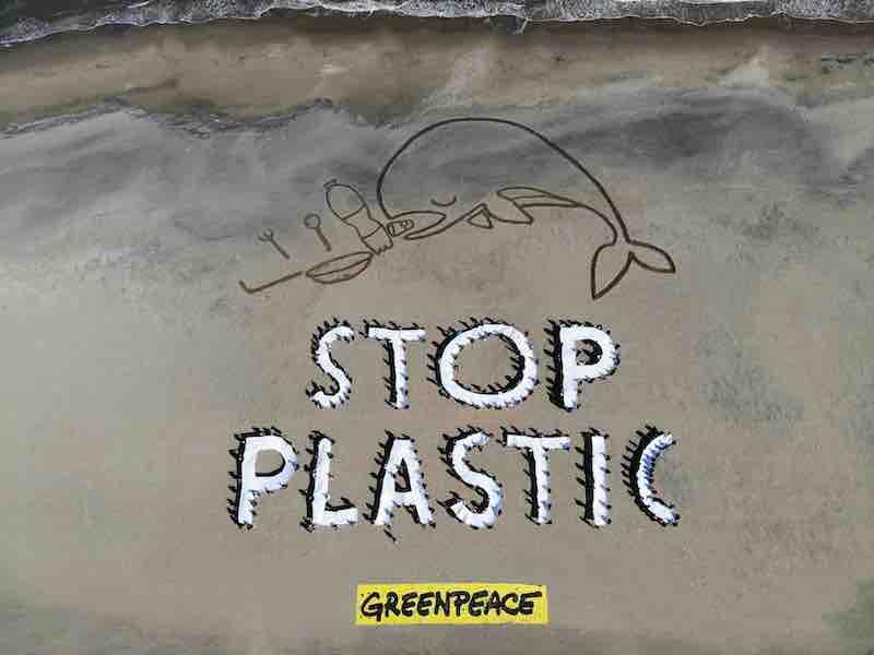 Greenpeace: centinaia di persone manifestano in spiaggia per dire stop alla plastica usa e getta
