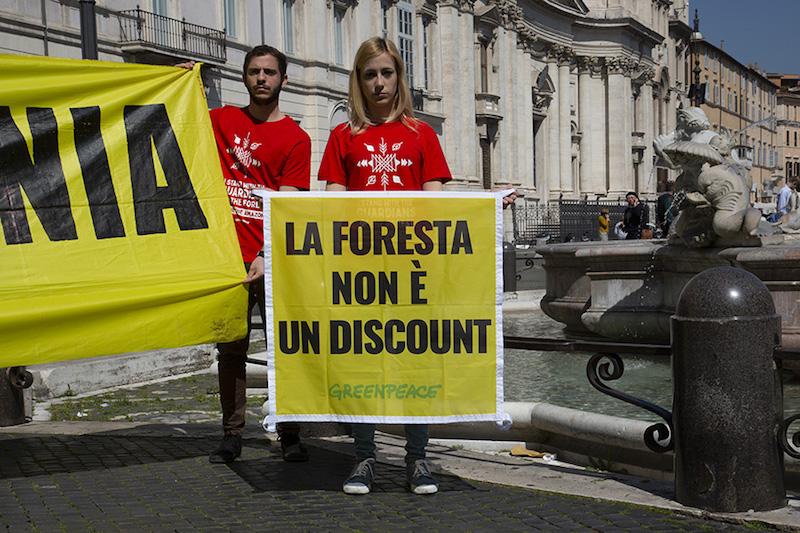 Greenpeace protesta di fronte all'Ambasciata del Brasile in solidarietà verso i popoli indigeni dell'Amazzonia