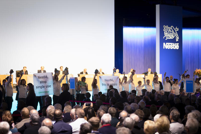 Attivisti di Greenpeace irrompono all'assemblea Generale di Nestlè per chiedere la fine dell'inquinamento da plastica