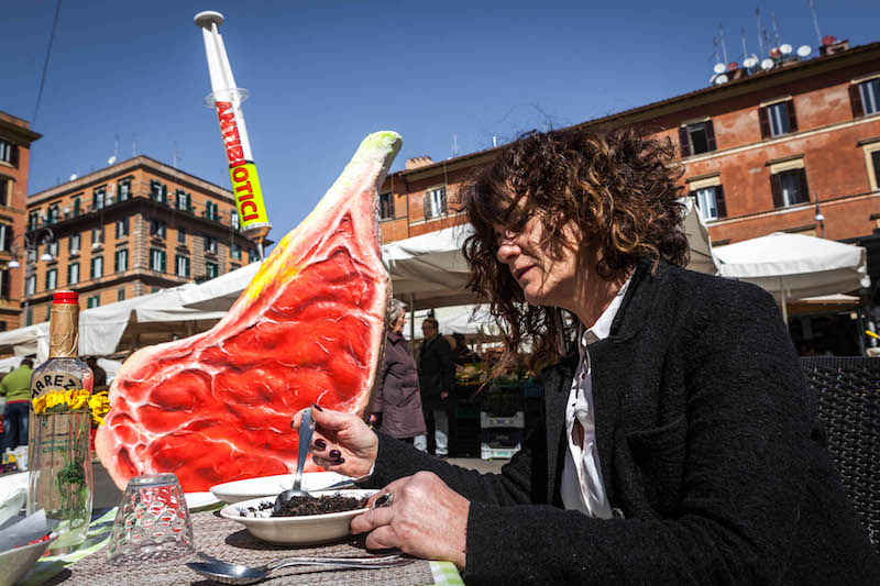 Greenpeace in piazza contro la produzione intensiva di carne che divora il Pianeta