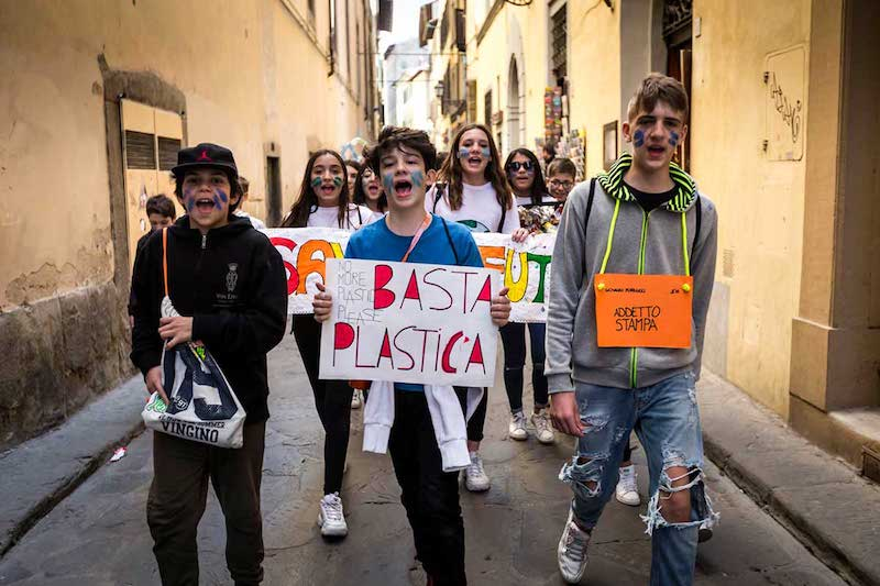Greenpeace: centinaia di studenti manifestano a Firenze per dire stop alla plastica usa-e-getta
