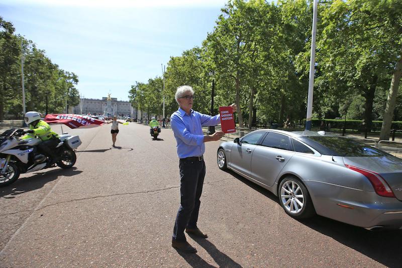 Attivisti di Greenpeace bloccano auto di Boris Johnson a Londra: «Agire subito contro cambiamenti climatici»