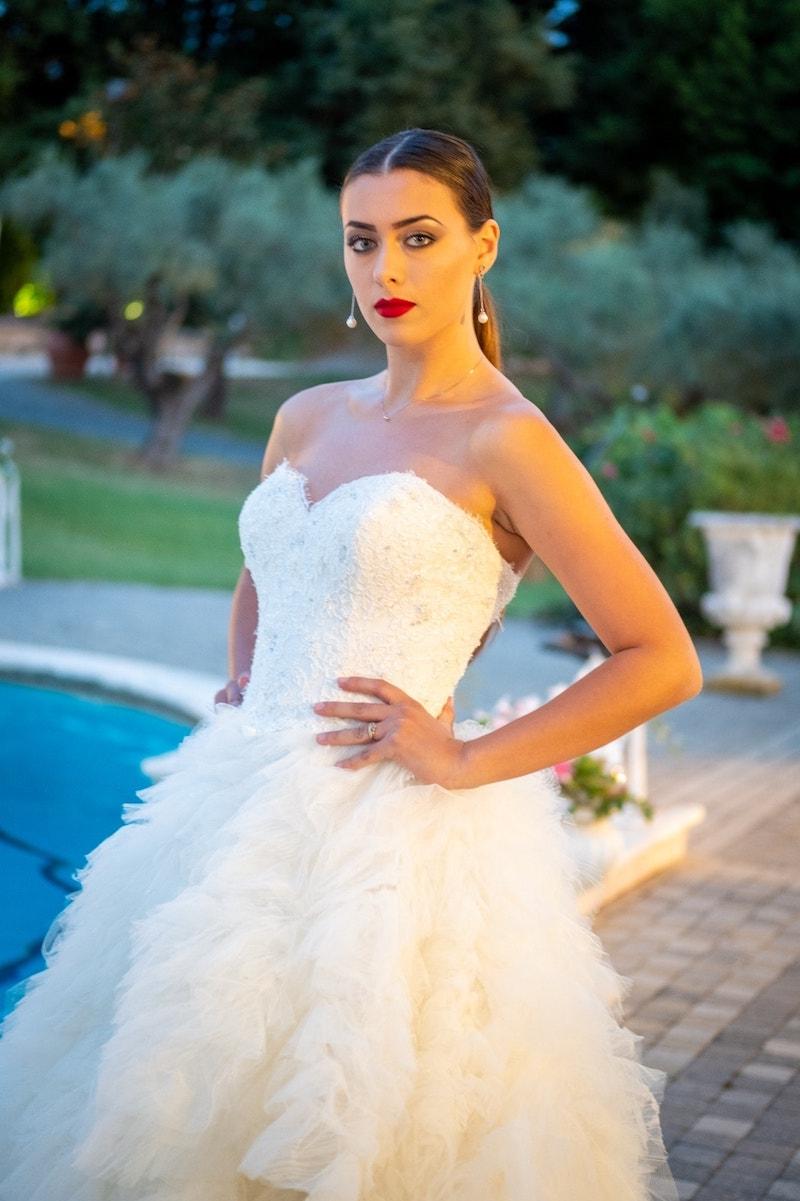 Come una Venere moderna, la sposa de La Vie En Blanc Atelier sorge dalle acque.