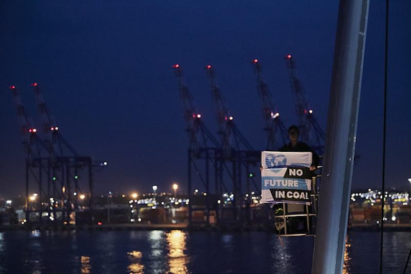 Emergenza climatica: fermati attivisti di Greenpeace mentre bloccano un carico di carbone in Polonia