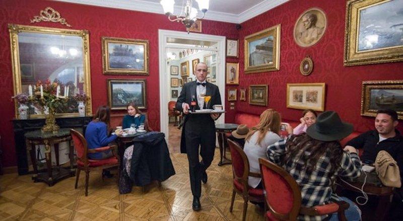 Sfratto per lo storico Caffè Greco di Roma: sdegno nel mondo della cultura. Sgarbi promette la colazione a tutti i manifestanti