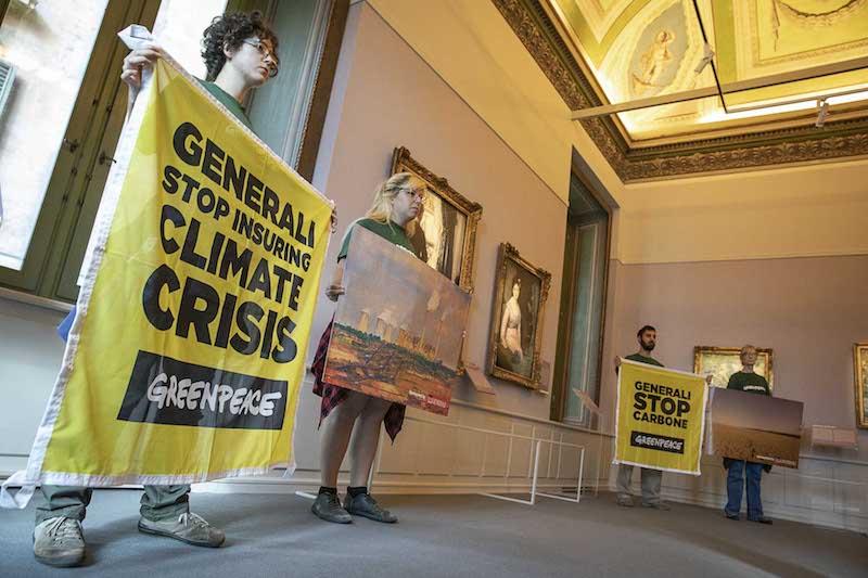 Greenpeace in azione allestisce mostra sui cambiamenti climatici a evento sponsorizzato da Generali: «Il leone di Trieste contribuisce a emergenza climatica»