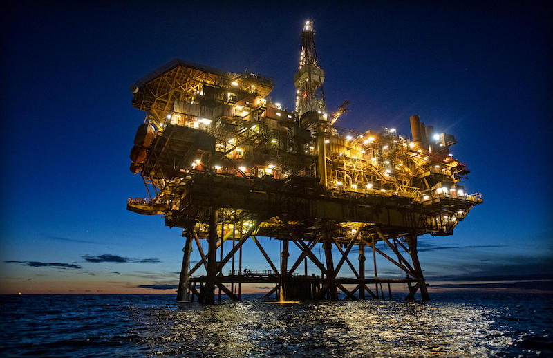 Emergenza climatica: attivisti di Greenpeace in azione sulle piattaforme petrolifere Shell nel Mare del Nord