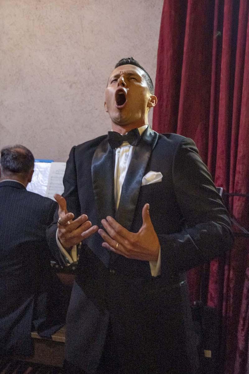 Il tenore Bongiolatti strega i cuori dei Cavalieri di San Silvestro con la sua voce