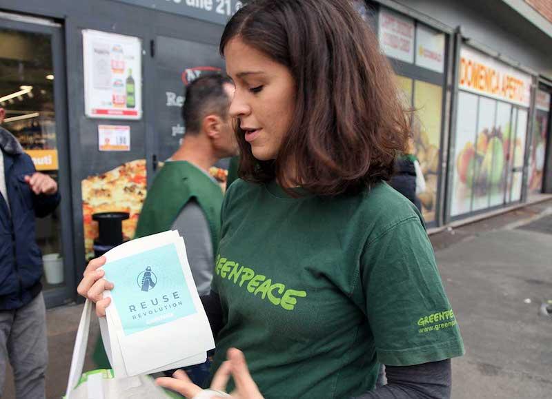Volontari di Greenpeace davanti ai supermercati: Niente tagli alla Plastic Tax, serva però ad incentivare alternative riutilizzabili