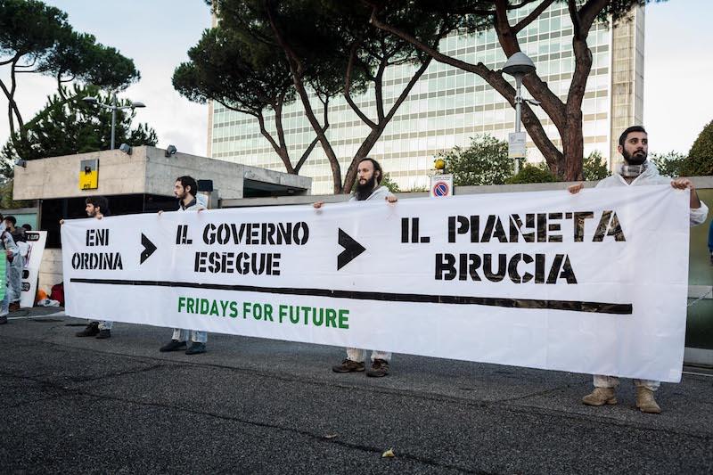 Decine di attivisti e attiviste Fridays for Future si incatenano davanti al Palazzo di Eni a Roma: «Siamo in emergenza climatica, basta con gas e petrolio»