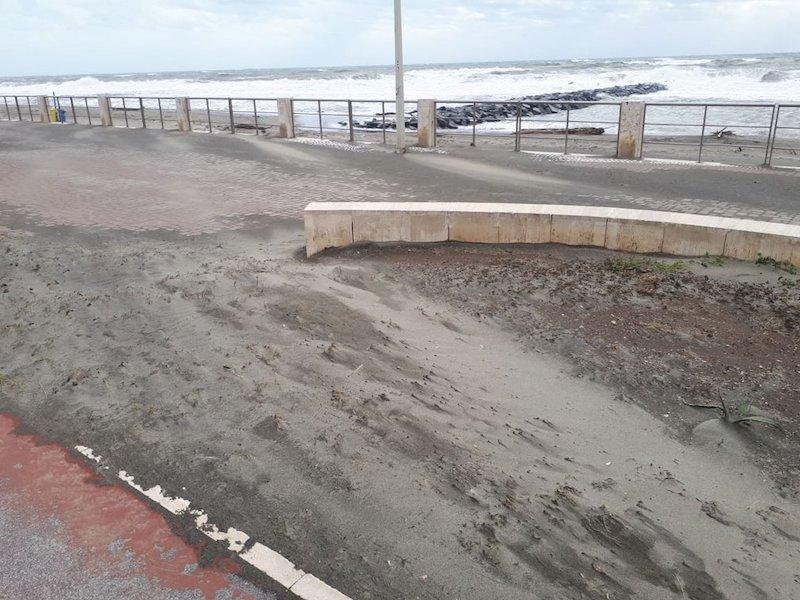 Sinistra Italiana X Municipio: Litorale di Ponente, la sabbia spazzata via dal vento invade la strada e chiude le caditoie.