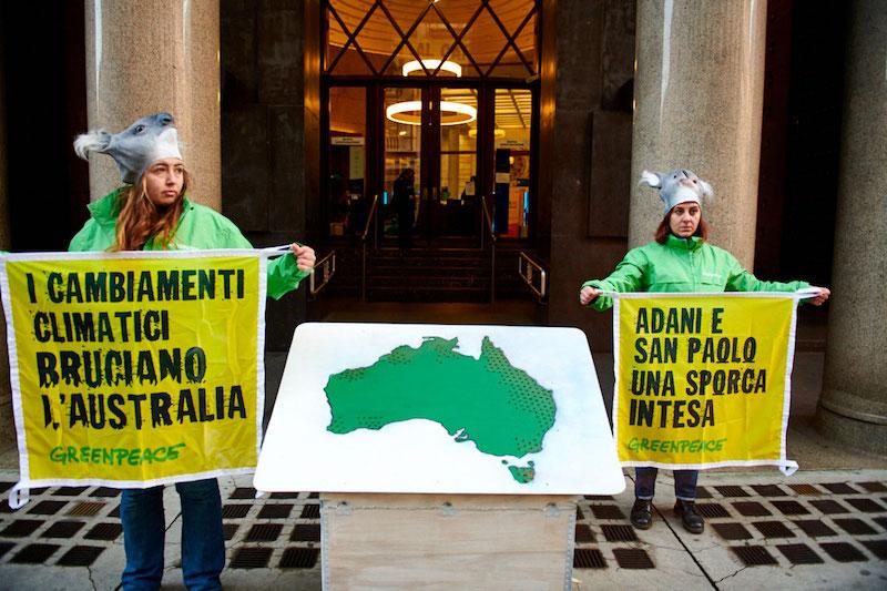 Greenpeace in azione per chiedere a Intesa Sanpaolo di fermare i finanziamenti ai combustibili fossili, principale causa dell'emergenza climatica in corso