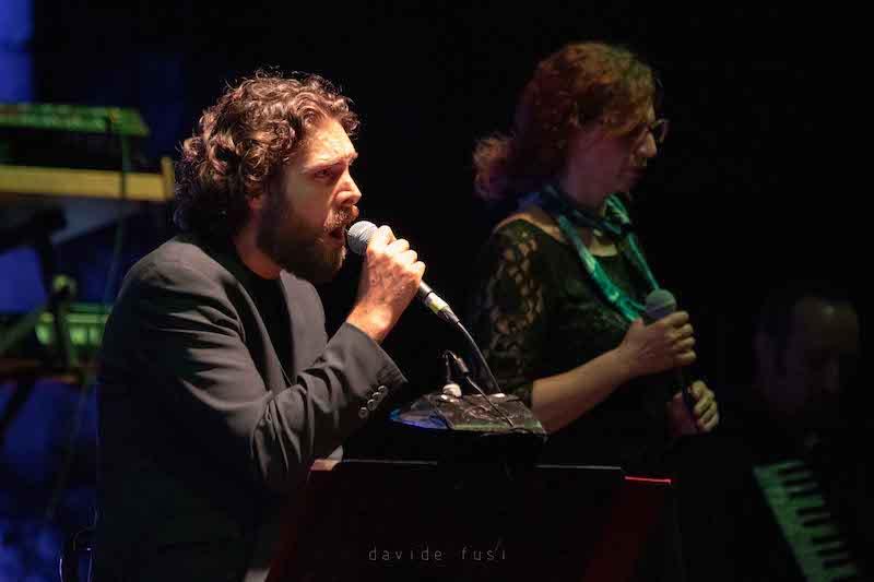 Ostia Antica Festiva: domani, il grande omaggio a De André con Michele Ascolese ed Ellade Bandini con Hotel Supramonte. 8 agosto Michela Murgia