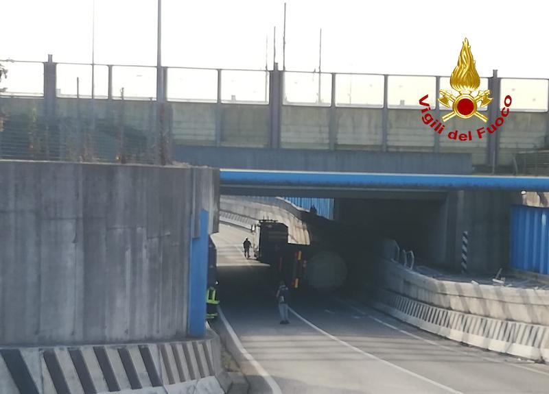 Vigili del Fuoco – Mirano Loc. Vetrego (VE), Ribaltamento autocisterna carica di Achilbenzeni lineari in un sottopasso della SR 15