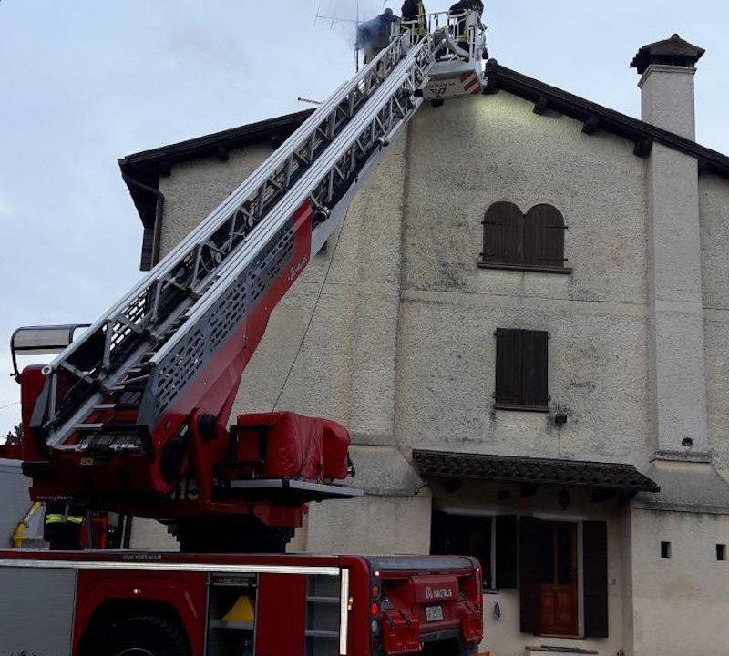 Vigili del Fuoco – Monfumo (TV), L'autoscala del Comando di Treviso è intervenuta in via Prà Grande per problemi alla canna fumaria di una abitazione