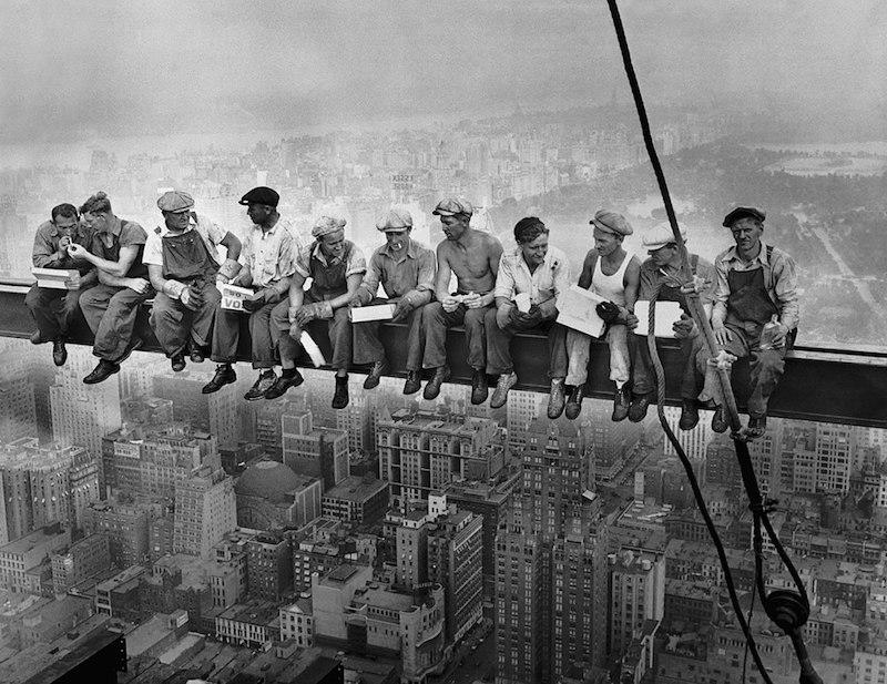 "Teatro Villa Pamphilj di Roma in streaming: Mercoledì 13 F(T)RAME, racconti e storie di fotografie e di immagini – ""Lunch Atop A Skyscraper"" di Charles. C.Ebbets (1932)"