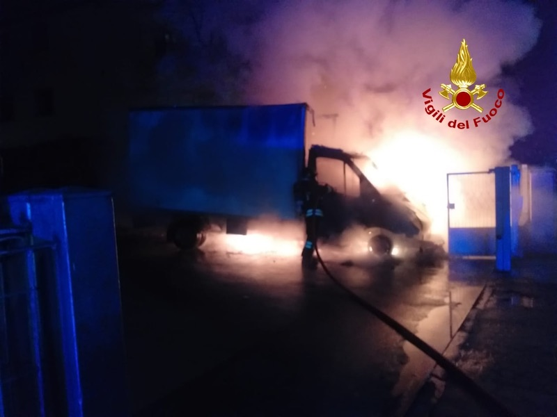 Vigili del Fuoco – Marcon (VE), L'incendio di un furgone si propaga alla vicina cabina dell'ENEL