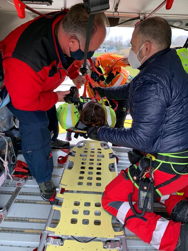 SUEM TV e Corpo Nazionale Soccorso Alpino e Speleologico provano le procedure al verricello con il nuovo estricatore/immobilizzatore