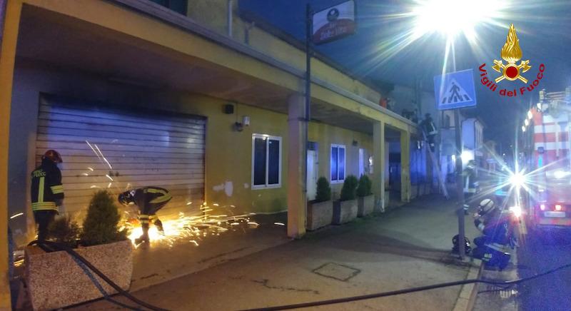 Vigili del Fuoco – Campolongo Maggiore (VE), Incendio in un bar, evacuato un neonato ed i suo genitori bloccati dal fumo al piano superiore