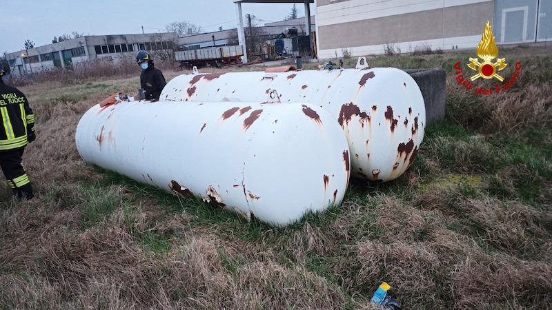Vigili del Fuoco – Occhiobello (RO), Intervento per una fuga di gas da due cisterne abbandonate con le valvole aperte