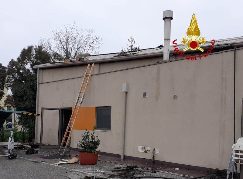 """Vigili del Fuoco – Portogruaro (VE), Incendio della cucina della pizzeria """"Birimbao"""" si estende sino al tetto, nessun ferito ma i danni sono ingenti"""