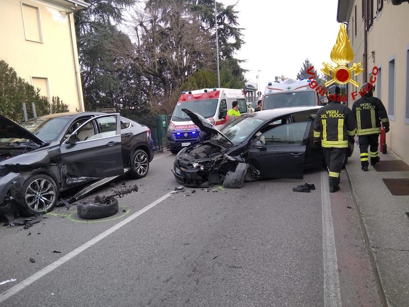 Vigili del Fuoco – Padova, Frontale tra due auto in Via Vittorio Veneto: 3 feriti nell'impatto