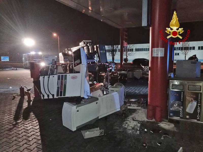 Vigili del Fuoco – Thiene (VI), Banda della ruspa distrugge un Self Service con gru da cantiere per rubare l'incasso