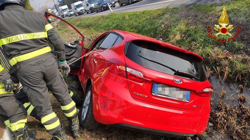Vigili del Fuoco – Preganziol (TV), Incidente fra 2 auto sul Terraglio, una finisce nel fossato: Soccorso il conducente rimasto incastrato nell'abitacolo