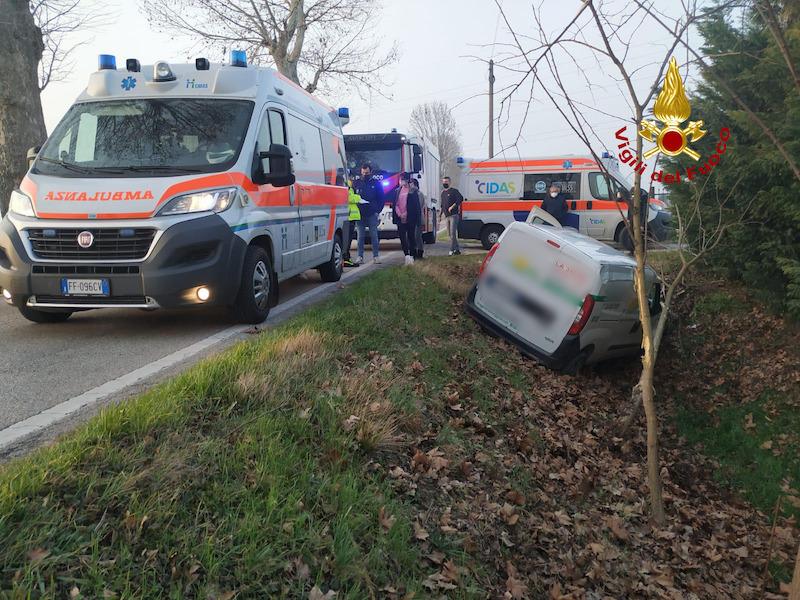 Vigili del Fuoco – Arre (PD), Furgoncino esce di strada e finisce nel fossato, ferito il conducente