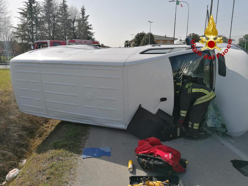 Vigili del Fuoco – Castegnero Loc. Villaganzerla (VI), Incidente tra un auto ed un furgone, ferito il conducente del furgone