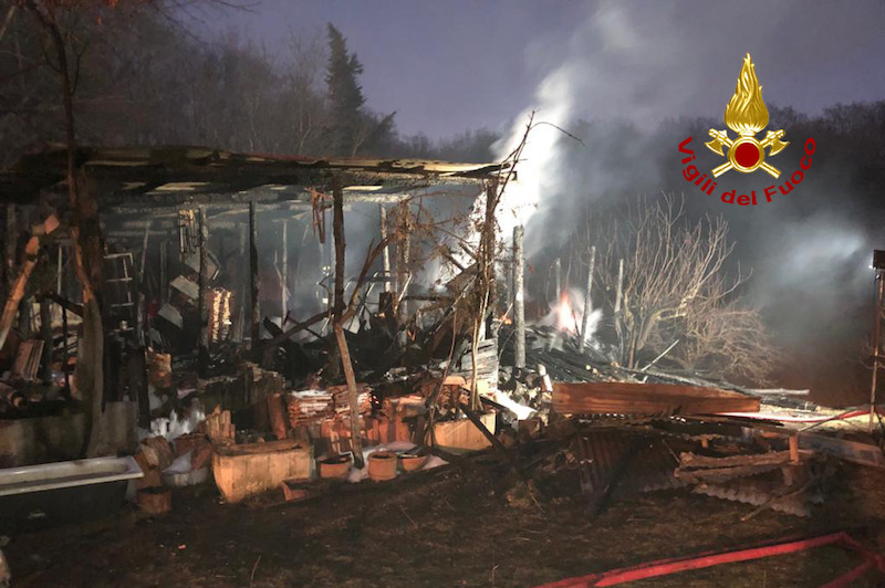Vigili del Fuoco – Altavilla Vicentina (VI), Incendio di un capanno agricolo, in fumo quintali di legna, 2 motocoltivatori e diversi attrezzi agricoli