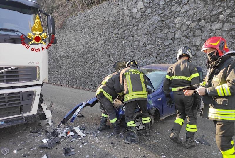 Vigili del Fuoco – Seren del Grappa Loc. Caupo (BL), Incidente tra un camion ed un auto al primo tornante della strada Cadorna: ferita la conducente dell'auto