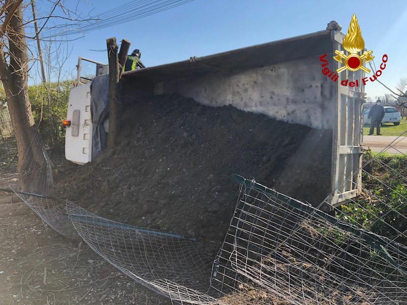 Vigili del Fuoco – Vazzola (TV), Camion carico di terra si ribalta in Via Cadorna, ferito l'autista