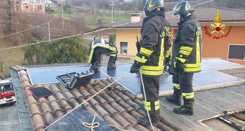 Vigili del Fuoco – Chiampo (VI), Incendio del tetto di una abitazione, rogo spento e salvato l'impianto fotovoltaico
