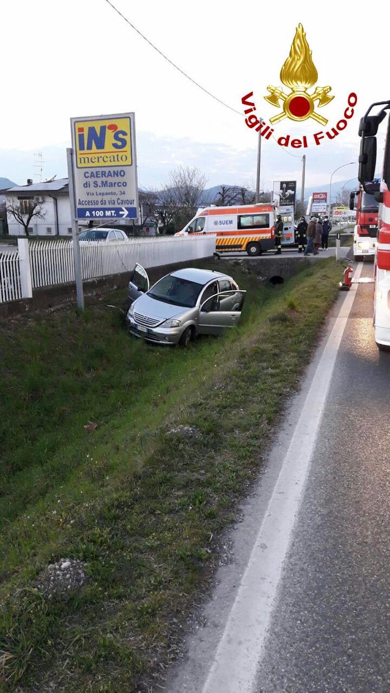 Vigili del Fuoco – Caerano San Marco (TV), Auto esce di strada e finisce in un fossato, ferito il conducente