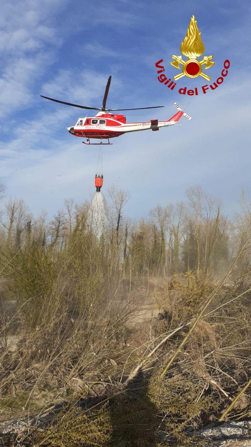Vigili del Fuoco – Stabiuzzo (TV), Vasto incendio boschivo nel Parco del Piave, domato con lanci di acqua dall'elicottero