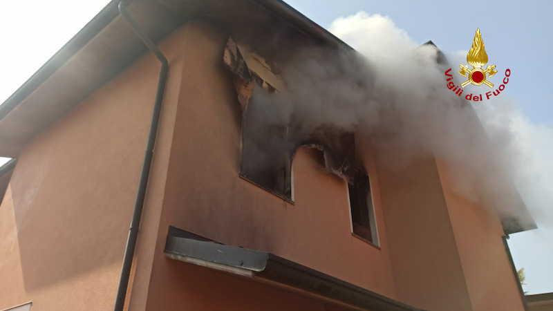 Vigili del Fuoco – Badia Polesine (RO), Incendio in una bifamigliare, intossicato il proprietario e salvato il suo cane