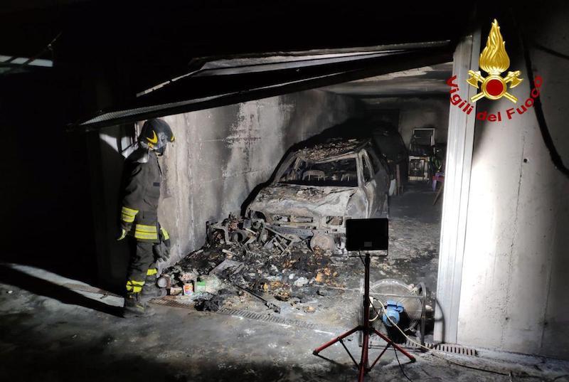 Vigili del Fuoco – Onè di Fonte (TV), Incendio all'interno di un'autorimessa, completamente distrutta un'auto dalle fiamme