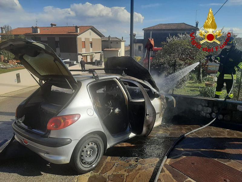Vigili del Fuoco – Pieve del Grappa (TV), Auto alimentata a Metano va a fuoco, illeso il conducente