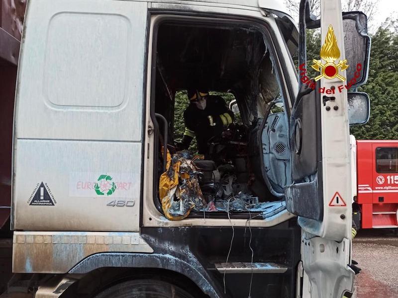 Vigili del Fuoco – Vigonza (PD), Cabina di un camion va a fuoco in Via Julia, illeso l'autista
