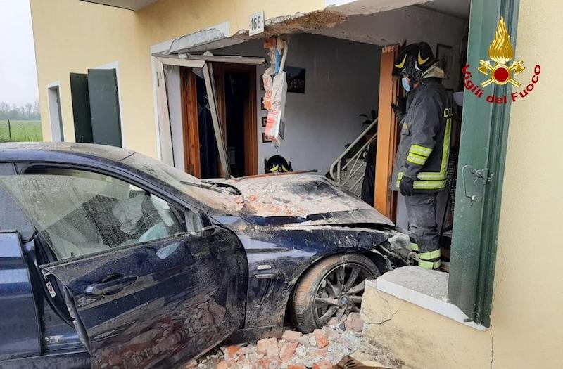 Vigili del Fuoco – Galliera Veneta (PD), Incidente tra due auto, una sfonda il muro e finisce dentro una casa: ferito uno dei conducenti
