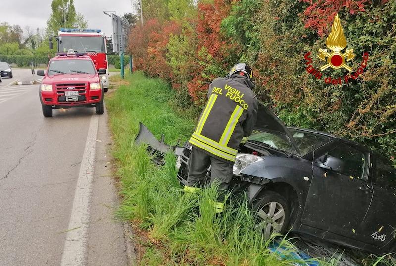 Vigili del Fuoco – Vicenza, Auto esce di strada e finisce nel fossato al lato della sede stradale, ferito il conducente