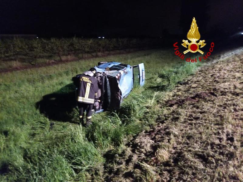 Vigili del Fuoco – Battaglia Terme (PD), Perde il controllo dell'auto ed esce di strada cappottandosi, ferita la conducente 45enne alla guida
