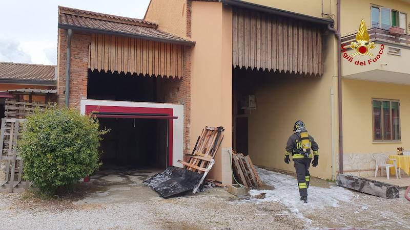 Vigili del Fuoco – Quinto Vicentino (VI), Incendio ricovero attrezzi agricoli e legnaia, Stabile dichiarato inagibile