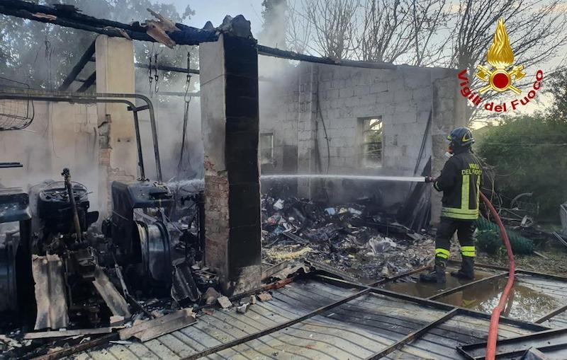 Vigili del Fuoco – Maserà (PD), Incendio ricovero attrezzi agricoli, nessun ferito ma bruciato un trattore