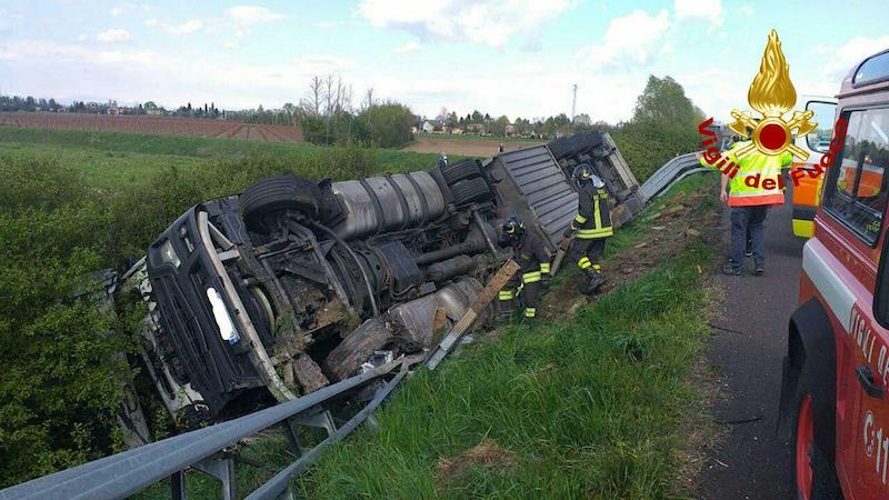 Vigili del Fuoco – Cessalto (TV), Autoarticolato esce di strada in A4 e finisce ribaltato su un fianco, ferito il conducente